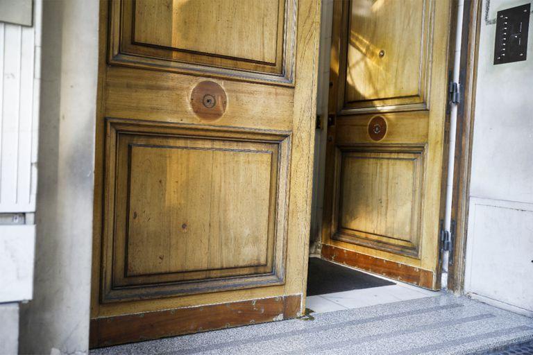 Las manijas y los picaportes de un edificio en Recoleta ya no están