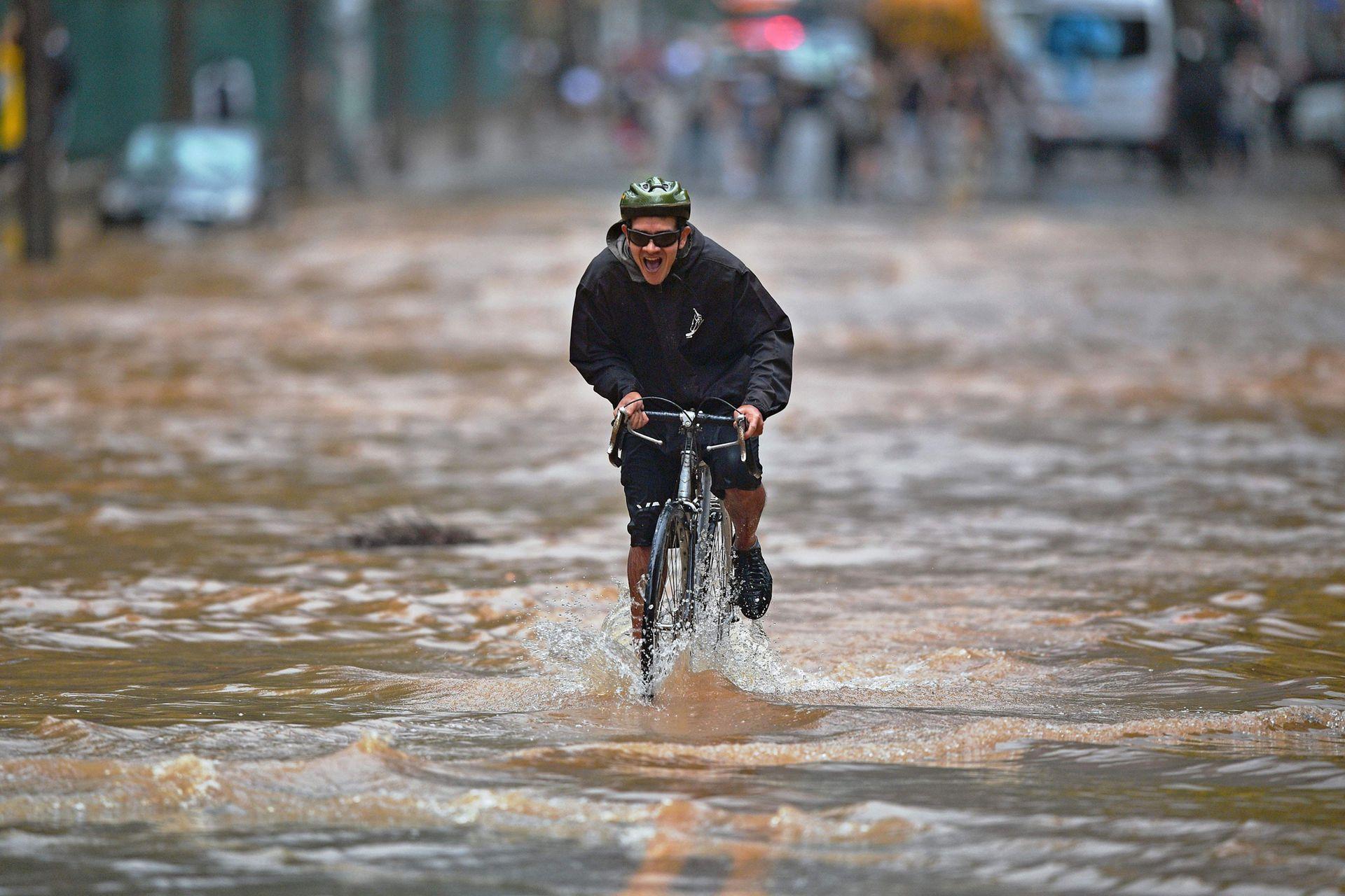 Las inundaciones repentinas causadas por lluvias torrenciales, causaron la muerte de al menos tres personas en Río de Janeiro