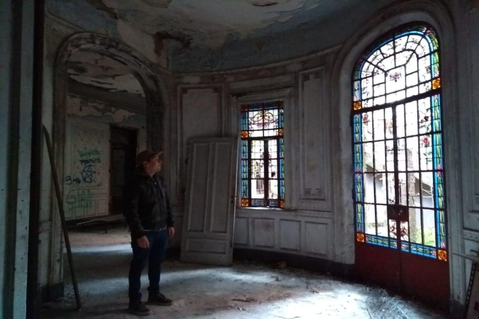 """""""Volví después de un año y vi que le faltaban muchas cosas o que la destruyeron mucho más: vitrales hermosos destrozados, la edificación histórica toda vandalizada, robada y con graffitis"""", dice el explorador Nuñez"""