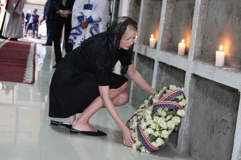 El momento en el que depositó la ofrenda floral para honrar la memoria de los muertos en el accidente aéreo del 10 de marzo