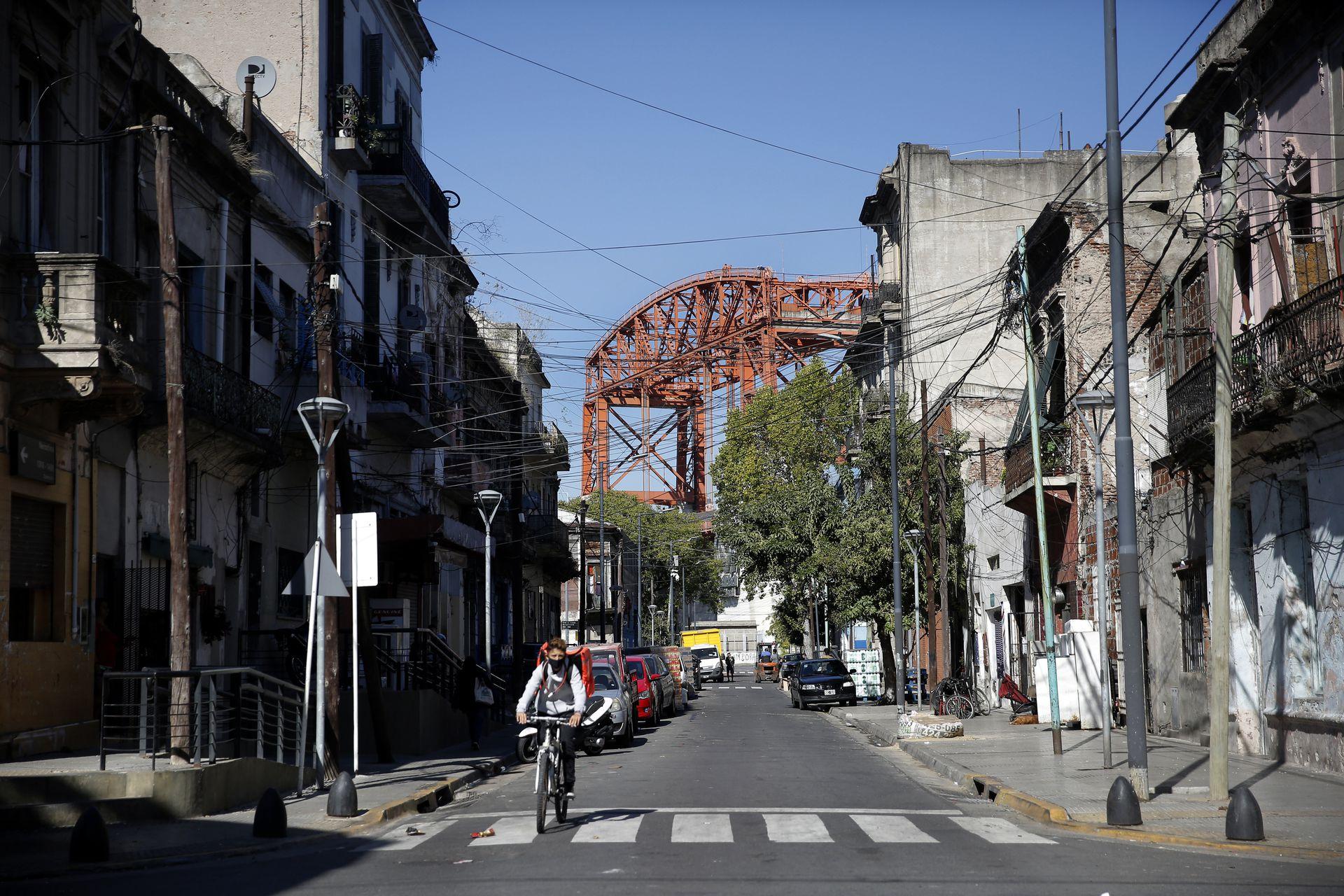 La estructura del puente Nicolás Avellaneda en el extremo sur de la calle Necochea sin cantinas y con propiedades intrusadas