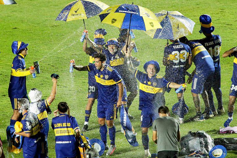 El festejo de los jugadores de Boca luego de vencer a Banfield en la final de la Copa Diego Maradona.