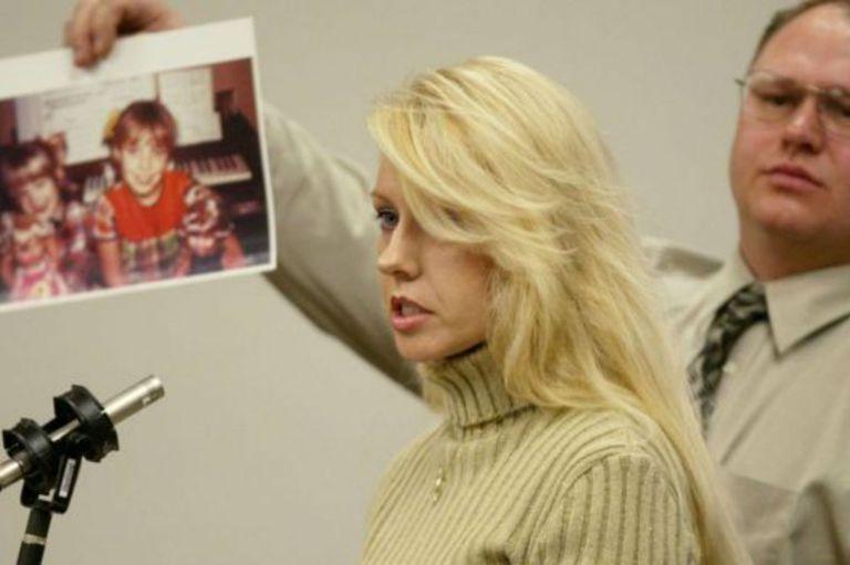 """La hermana de una de las víctimas del llamado """"Asesino de Green River"""", Debra Estes, habla durante el juicio contra Gary Ridgway"""