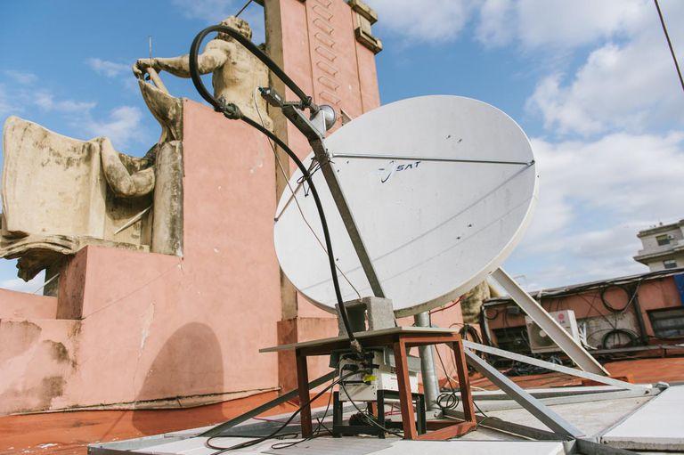 Arsat puso una antena en el techo de Casa Rosada para transmitir la actividad presidencial mediante el satélite Arsat 1. Antes, los pagos se le hacían mediante una triangulación con el sector privado.