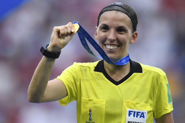 Stéphanie Frappart marcará un hito en la historia del arbitraje: será la primera mujer en dirigir una final europea de hombres.