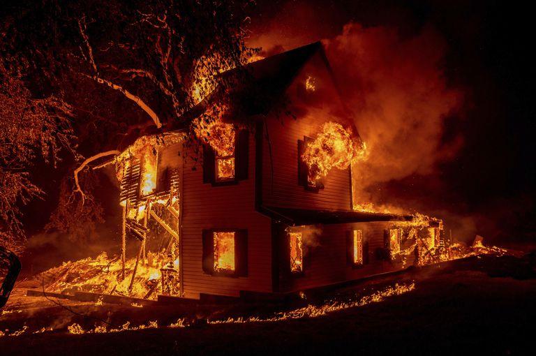En EE.UU., la Argentina, Grecia y Rusia: destructivos incendios marcan un preocupante récord
