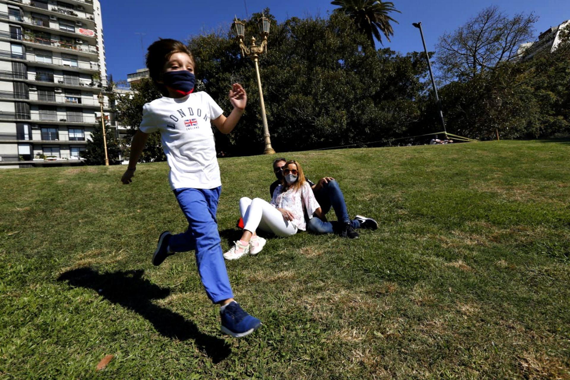 Desde hoy y solo durante los fines de semana, los menores de 16 años están habilitados para salir a hacer paseos recreativos cortos