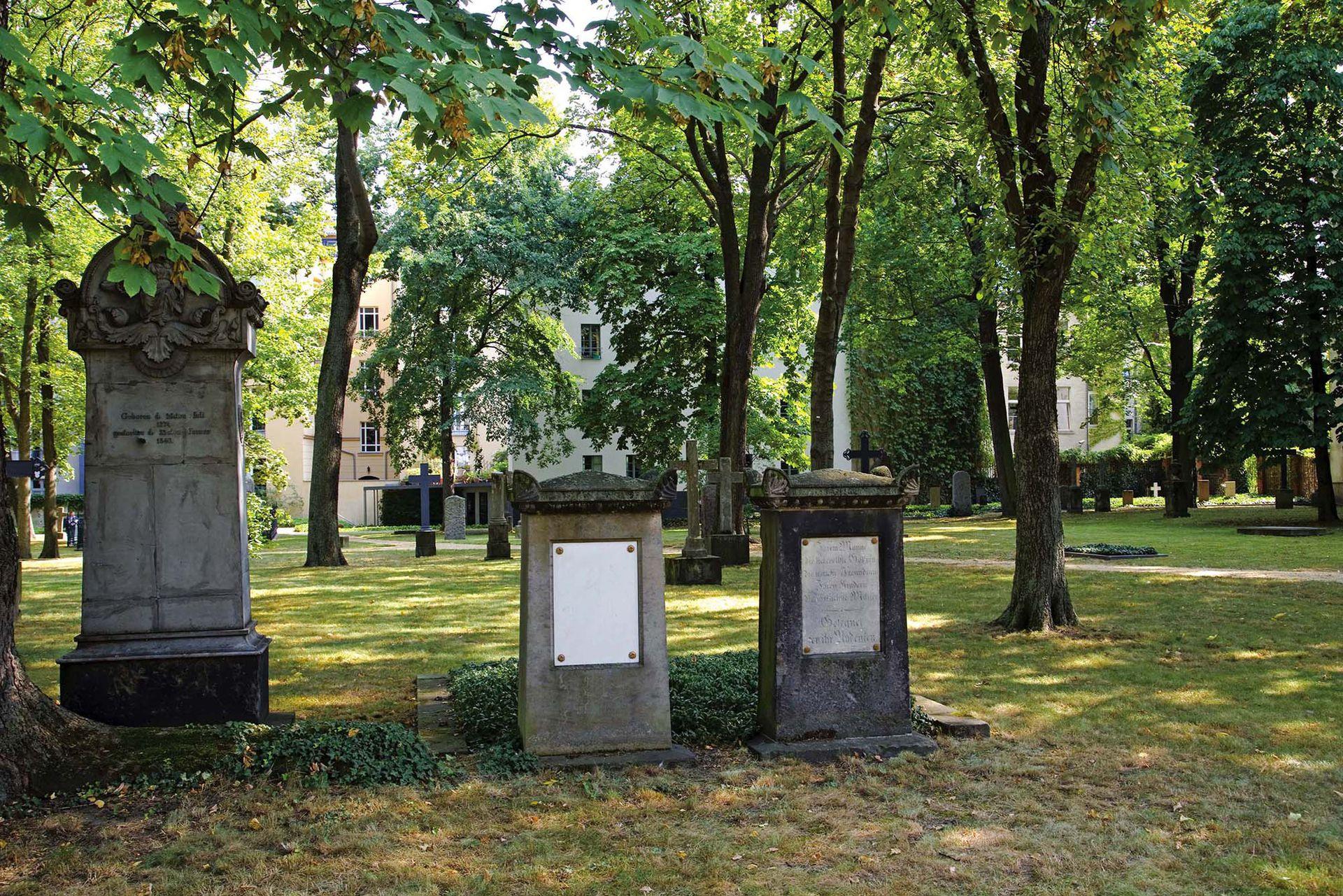 No está en el mapa, pero en la Kleine Rosenthaler Str. está este cementerio con viejos monumento de piedra y árboles gigantescos.