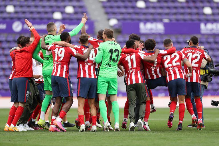 Los jugadores del Atlético de Madrid celebran ganar el título de La Liga Santander después de la victoria en el partido de La Liga Santander entre el Real Valladolid CF y el Atlético de Madrid en el Estadio Municipal José Zorrilla el 22 de mayo de 2021 en Valladolid, España.