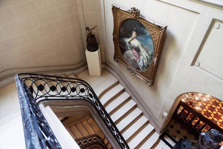 Alberga valiosas piezas de arte y mobiliario de distintas épocas, mayormente europeas y orientales