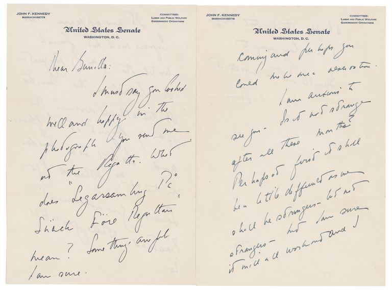This photo shows a love letter that John F. Kennedy wrote to a Swedish paramour a few years after he married Jacqueline Bouvier, according to Boston-based RR Auction. The auction house says Kennedy wrote letters to aristocrat Gunilla von Post in 1955 and 1956, and announced, Wednesday, May 5, 2021, that they will be going up for auction. (Nikki Brickett/ RR Auction via AP) Algunas de las cartas escritas por John F. Kennedy durante su tiempo como senador de Massachusetts, que datan de 1955 y 1956, dirigidas a Gunilla von Post.RR AUCTION