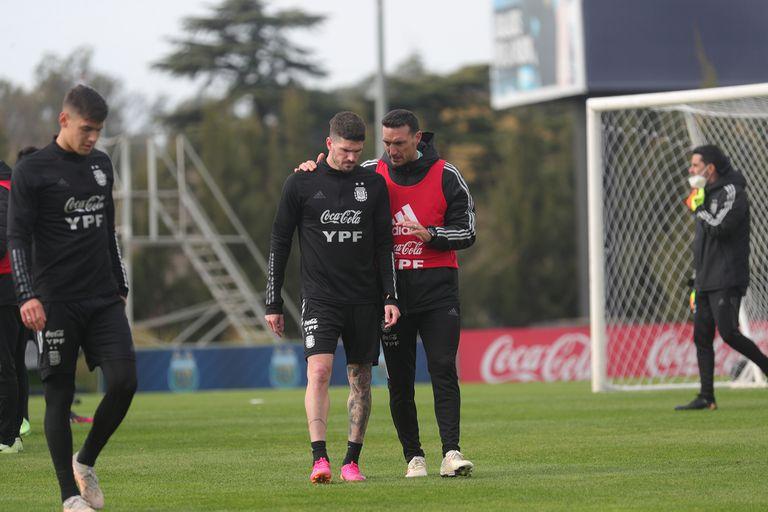 Scaloni charla con De Paul en el entrenamiento de la selección. El volante vuelve al equipo.