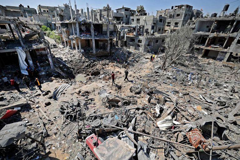 Palestinos evalúan el daño causado por los ataques aéreos israelíes en Beit Hanun, en el norte de la Franja de Gaza