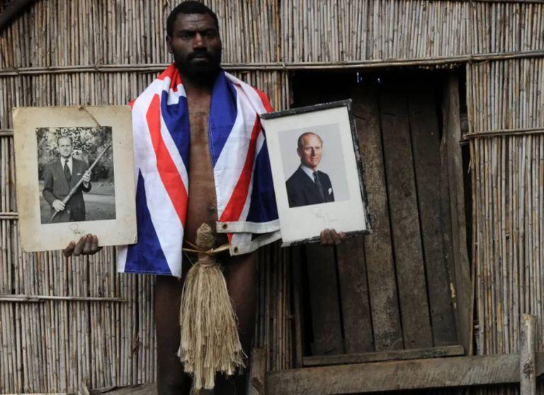 Un miembro de la tribu de Yaohnanen, en la isla Tanna, con fotografías del príncipe Felipe que hoy se consideran reliquias