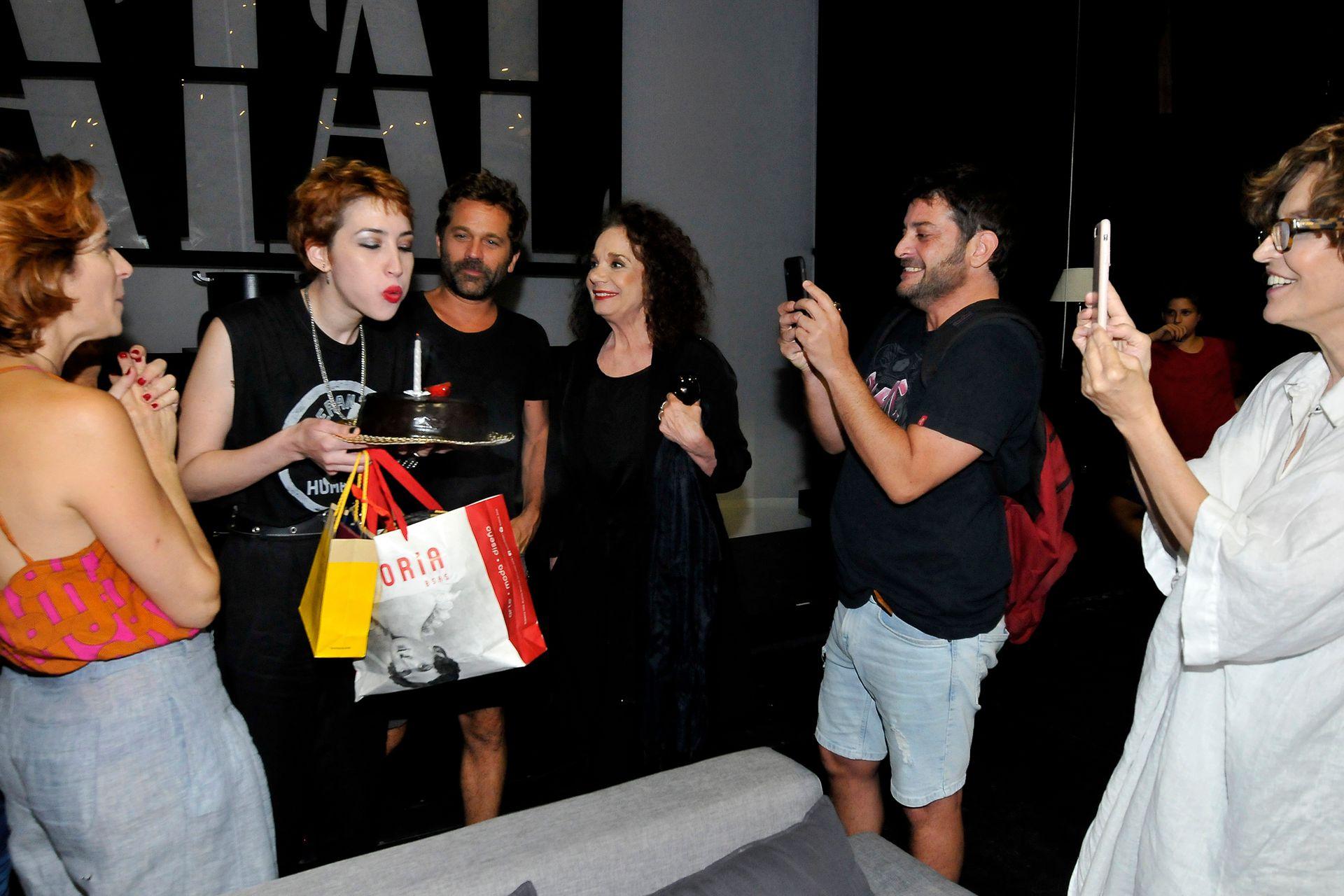 Sofía Gala, después de soplar la velita, recibió regalos de sus compañeros de elenco e invitados