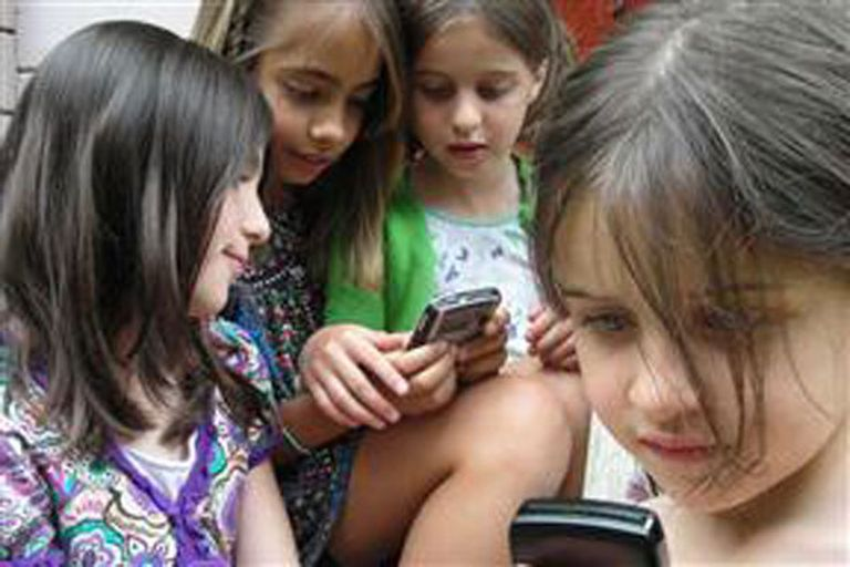 Los avances en el mundo tecnológico con los dispositivos móviles reformularon las estrategias que deben enfrentar los padres para acompañar a sus hijos en el uso seguro de Internet