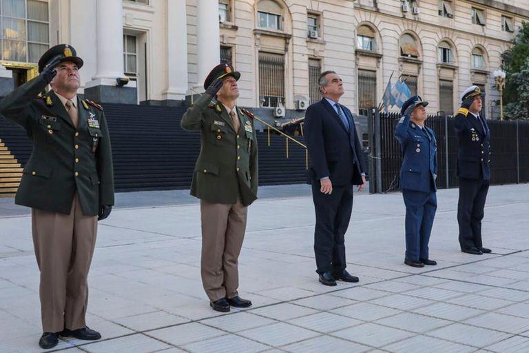 El ministro Rossi encabezó el izamiento de la bandera, frente al Ministerio de Defensa, en homenaje a los veteranos y caídos en Malvinas, junto a los jefes de las Fuerzas Armadas