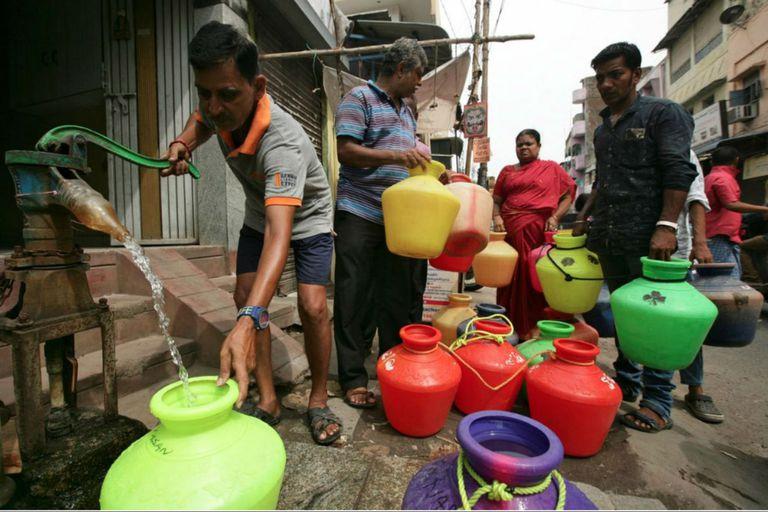 En Chennai, los vecinos hacen filas para cargar agua en bidones