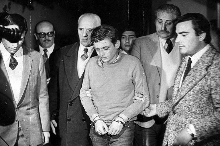 Carlos Robledo Puch al ser llevado detenido en 1972