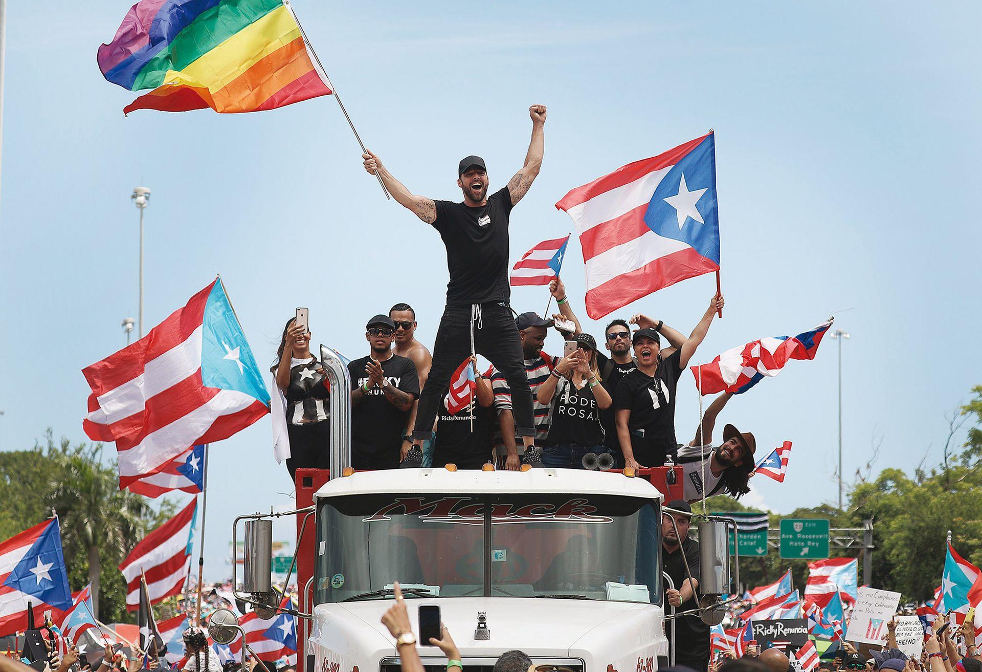 En julio 2019, con la bandera del orgullo gay y la de Puerto Rico, el cantante encabezó la concentración para exigir la renuncia del gobernador Rosselló
