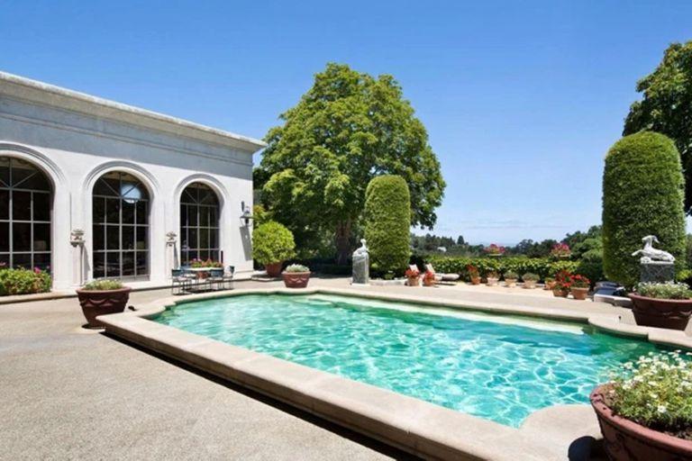 La mansión tiene una lujosa piscina