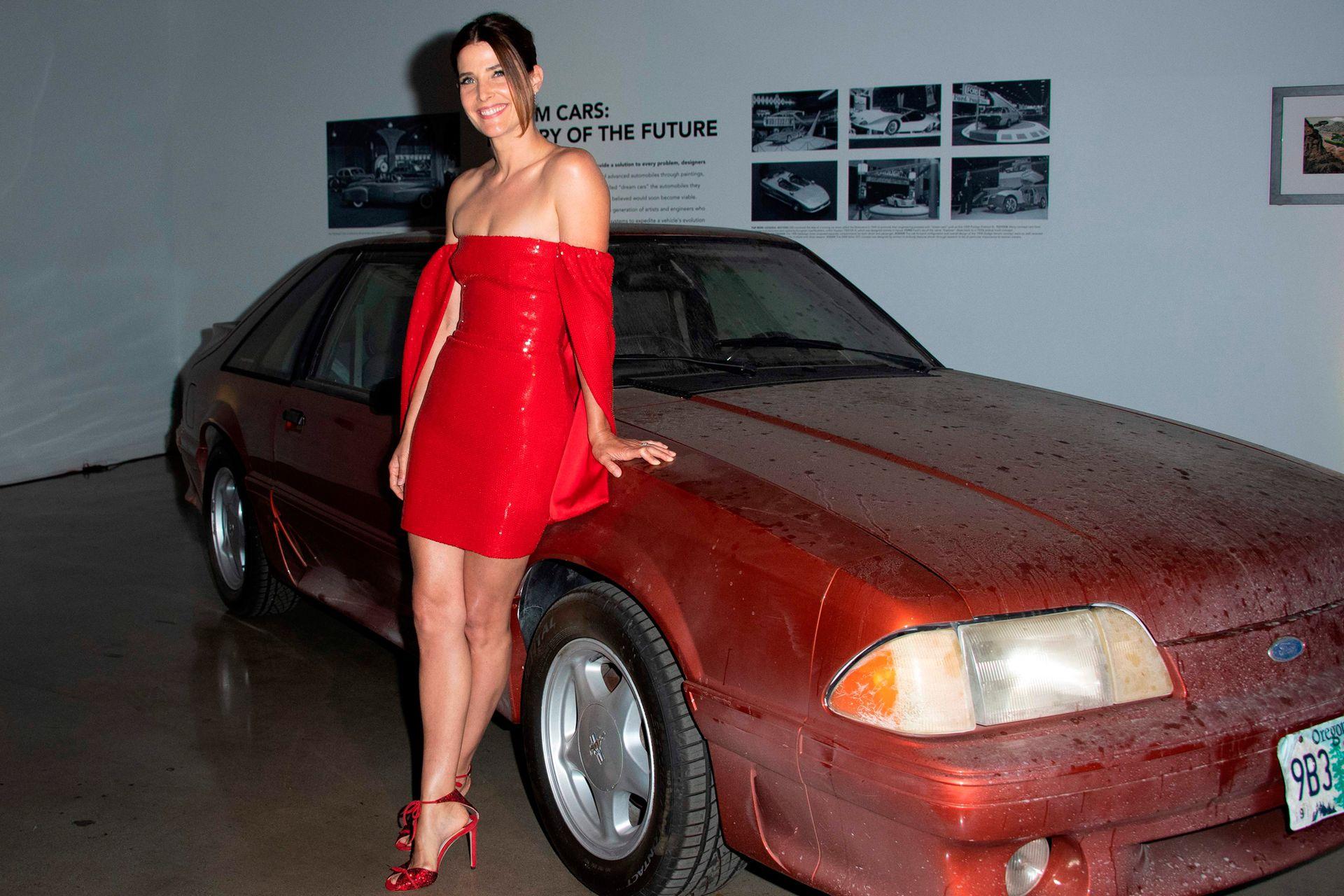 Una chica al rojo vivo: la actriz canadiense Cobie Smulders posó junto al automóvil (sin lavar) que conduce su personaje en la serie Stumptown, en Los Angeles