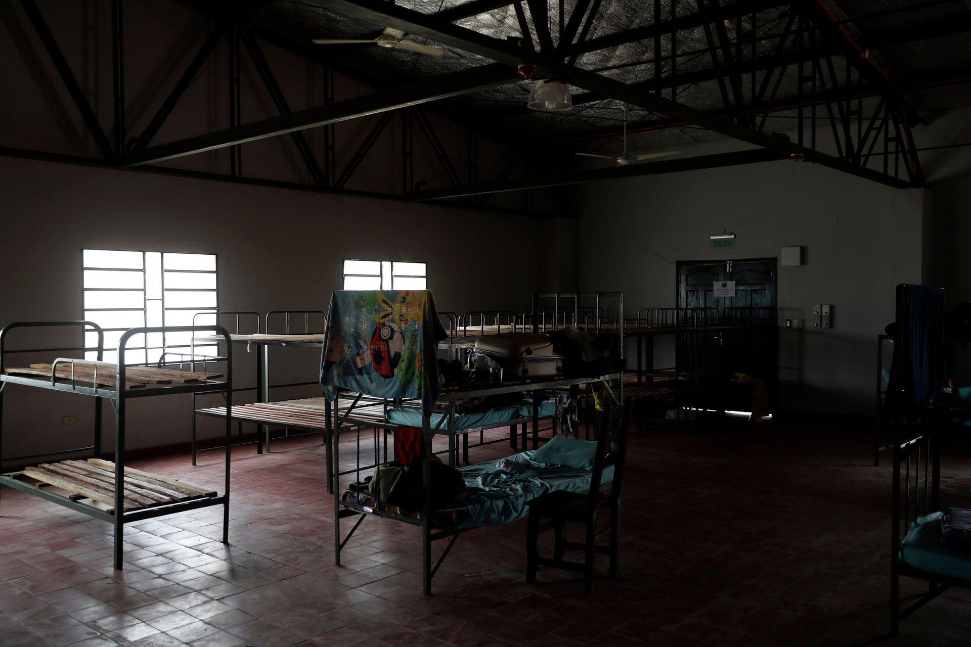 Una toalla cuelga de una litera en un cuartel militar, que alberga a los migrantes paraguayos que regresan de Brasil, en Remansito, Paraguay