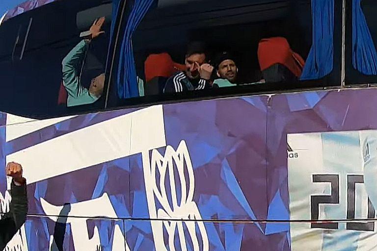 Lionel Messi y Sergio Agüero en uno se los micros que trasladan al plantel desde el aeropuerto hasta el predio de Ezeiza