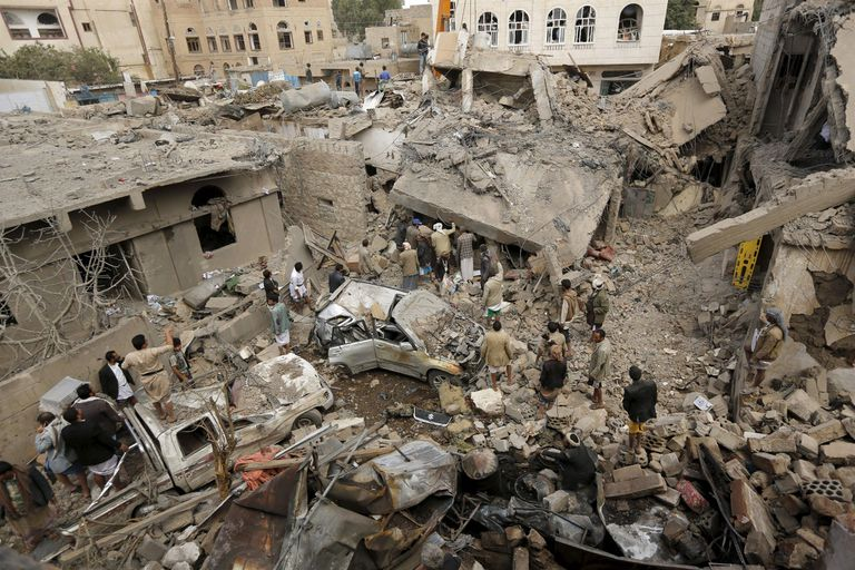 21-09-2015 People gather at the site of a Saudi-led air strike in Yemen's capital Sanaa September 21, 2015. More than 4,500 Yemeni have been killed since the Saudi-led alliance began military operations in March, in what they said was an attempt to stop the Iranian-allied Houthi group from expanding in Yemen and to restore President Abd-Rabbu Mansour Hadi, who had been pushed into exile in Saudi Arabia.  REUTERS/Khaled Abdullah - RTS250X POLITICA ORIENTE PRÓXIMO ASIA YEMEN INTERNACIONAL KHALED ABDULLAH ALI AL MAHDI