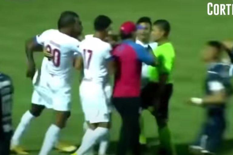Troglio ingresó al campo de juego a increpar al árbitro