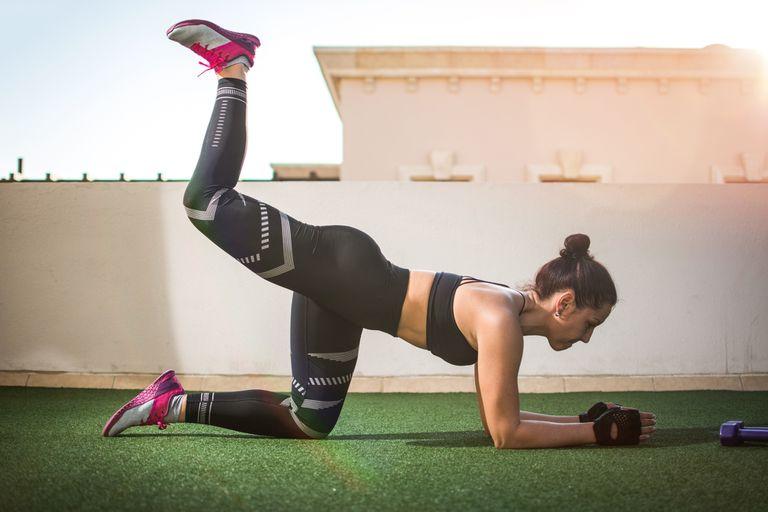 Por sus buenos resultados y su bajo riesgo de lesión, la patada de burro es el número uno de los ejercicios para los glúteos