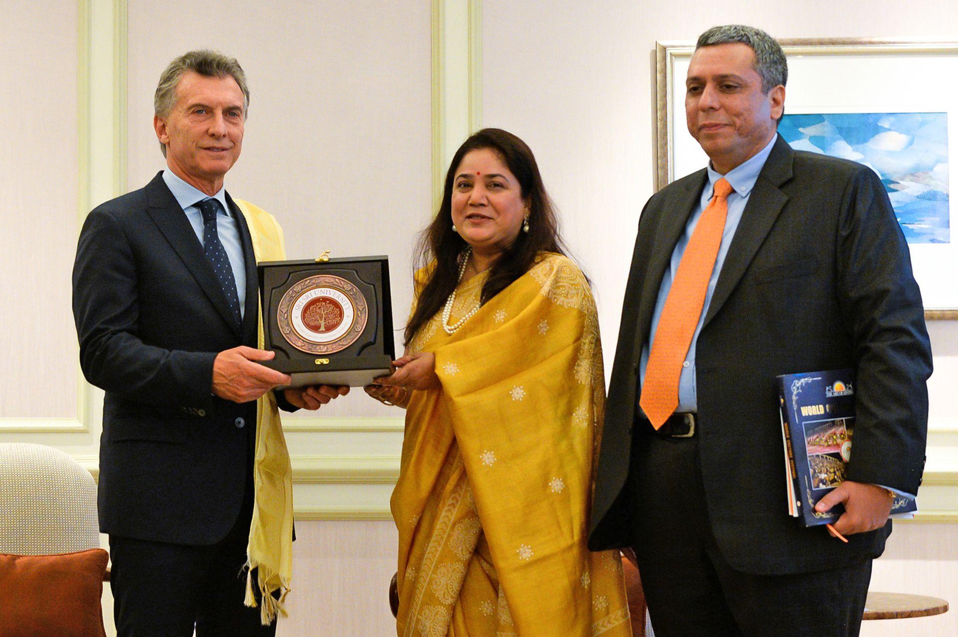 El presidente Mauricio Macri mantuvo un encuentro con la jefa de Relaciones Internacionales de la Fundación El Arte de Vivir, Rajita Kulkarny, y con el representante del directorio de esa organización Ajay Bagga en el hotel Taj Mahal Palace