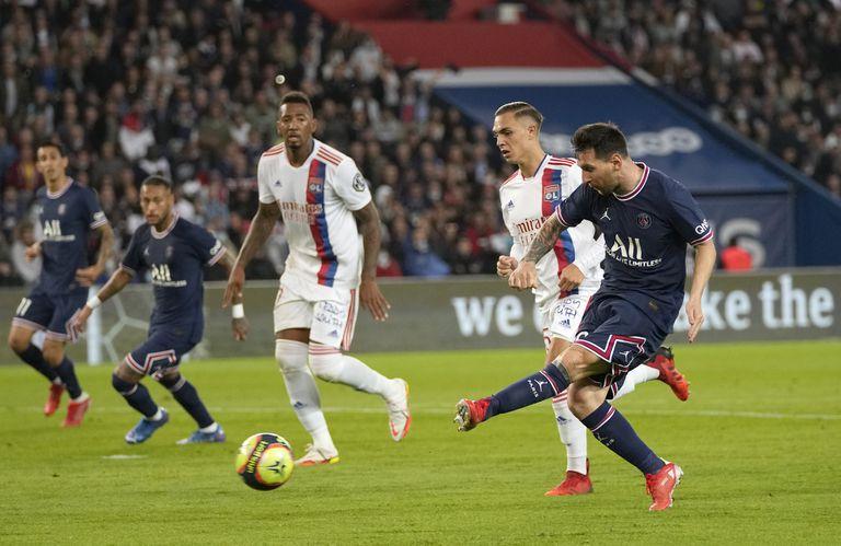 El zurdazo de Messi será despejado por el arquero de Lyon; todavía no pudo convertir con la camiseta de PSG