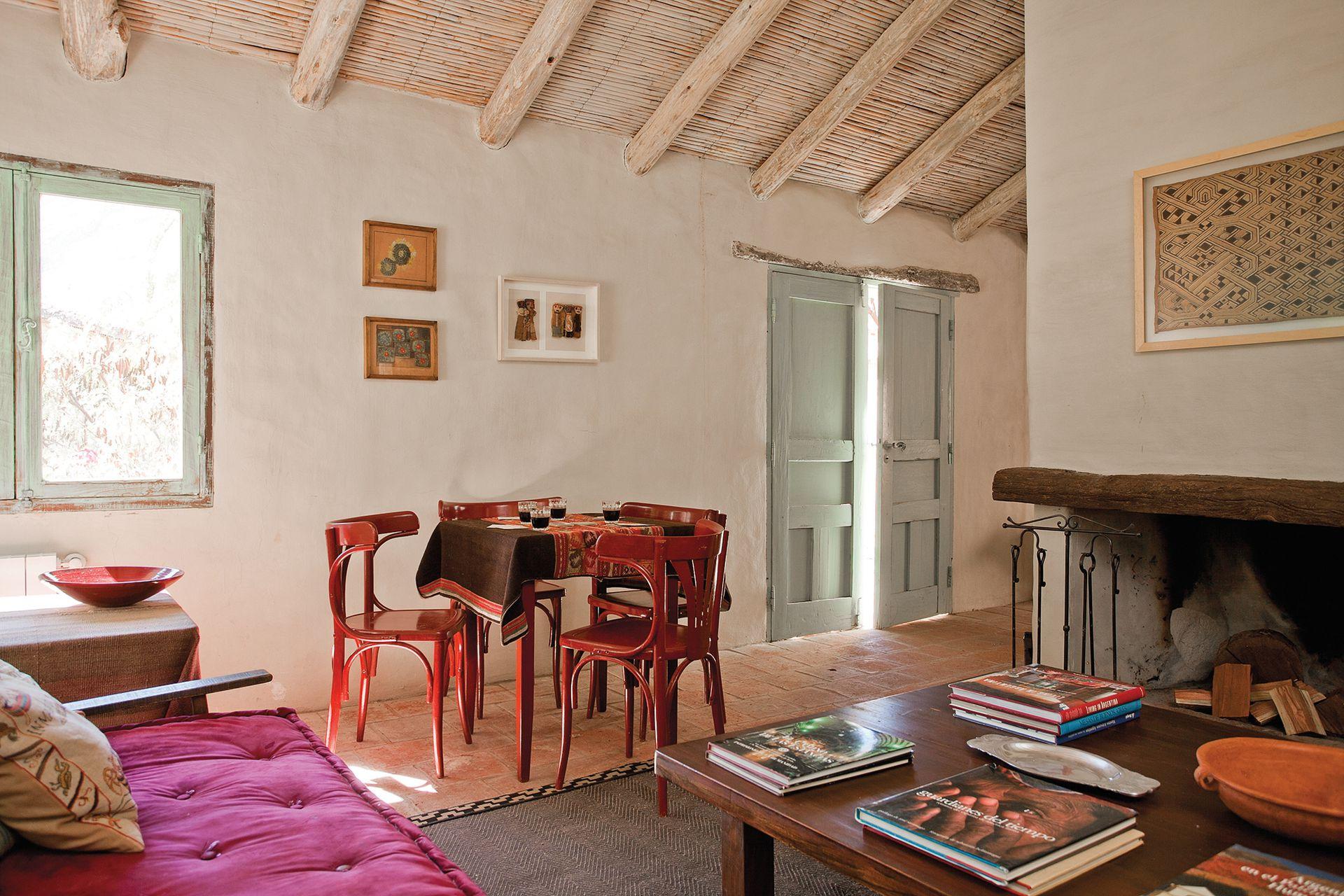 En el living, dos cuadros de Stefania Vecchi Lagos Mármol y una caja con muñequitos tilcareños.