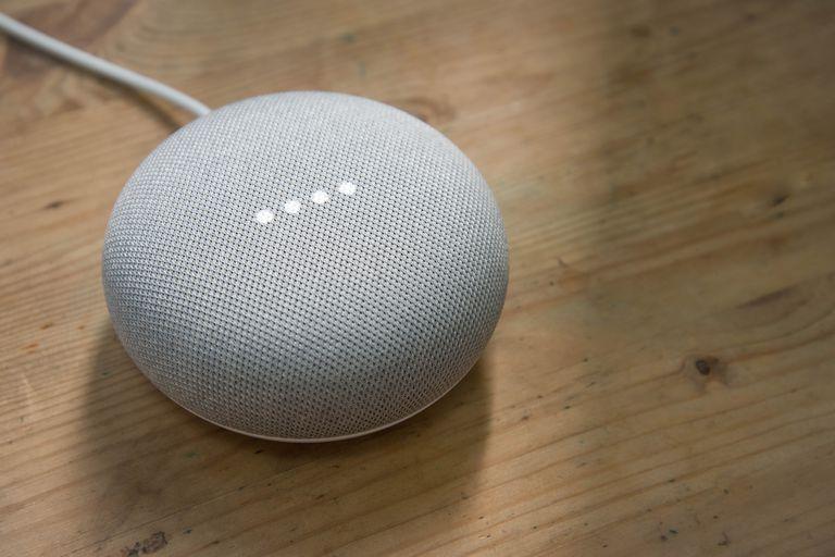 Un parlante conectado Google Home Mini