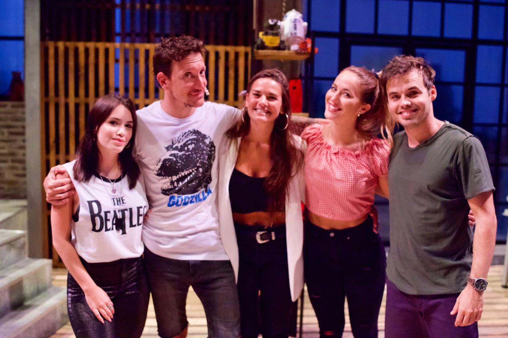 Lali Espósito y Micaela Vázquez fueron al teatro a ver a sus amigos Nicolás Vázquez y Benjamín Rojas, quienes junto a Flor Vigna protagonizan la exitosa Una noche más, en el teatro Nacional