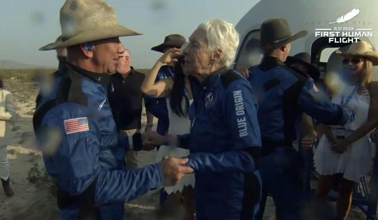 Jeff Bezos junto a la también pasajera Wally Funk, junto a la nave tras aterrizar.  La cápsula New Shepard de Blue Origin culminó con éxito su primer vuelo tripulado al límite del espacio este 20 de julio, con el fundador de la compañía, Jeff Bezos, y otros tres pasajeros a bordo.