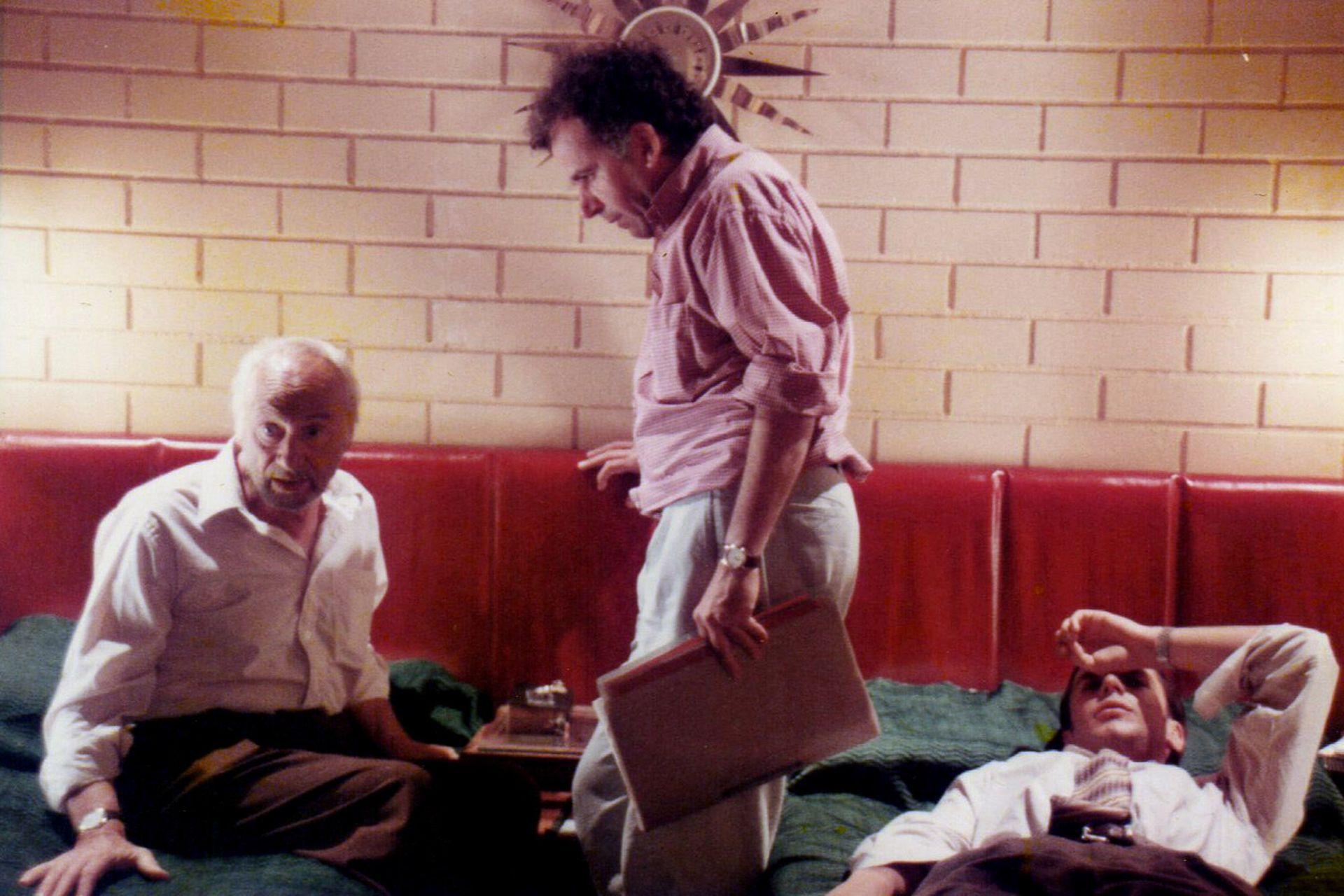 El director da indicaciones a los actores durante el rodaje