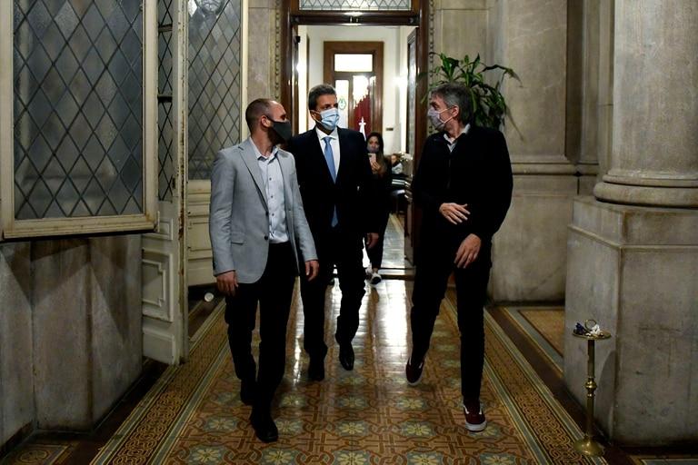 Sergio Massa, Máximo Kirchner y Martín Guzmán en el Congreso el día de la sesión por el impuesto a las Ganancias en Diputados