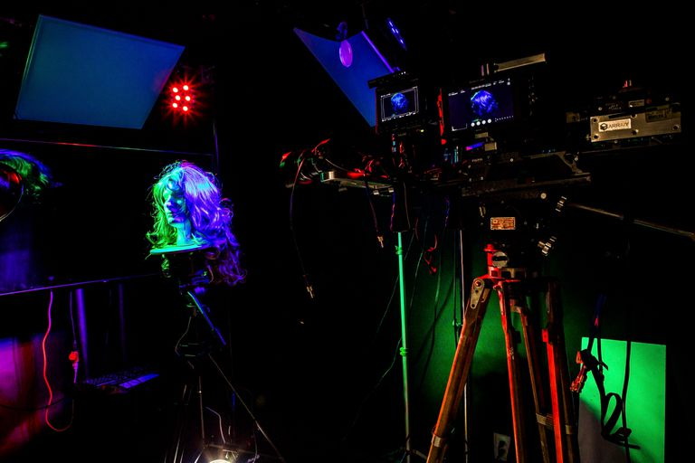 Una de las principales maneras en que los ingenieros de Arraiy entrenan a su software de inteligencia artificial es fotografiando objetos en un entorno controlado para que el algoritmo practique la separación del primer plano y el fondo de la escena