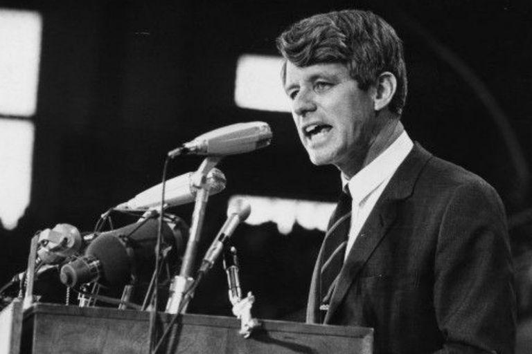 Kennedy se había desempeñado como Fiscal General de EE.UU. hasta 1964 cuando fue elegido senador