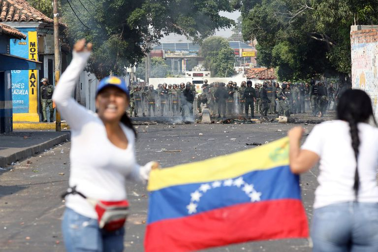 Security forces take position while clashing with demonstrators in Urena, Venezuela, February 23, 2019. REUTERS/Andres Martinez Casares