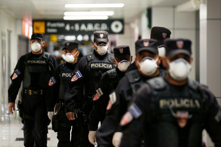 Policías patrullan el aeropuerto de El Salvador. En el caso de los salvadoreños que provengan de países con casos de coronavirus tendrán que cumplir un período de cuarentena de 30 días