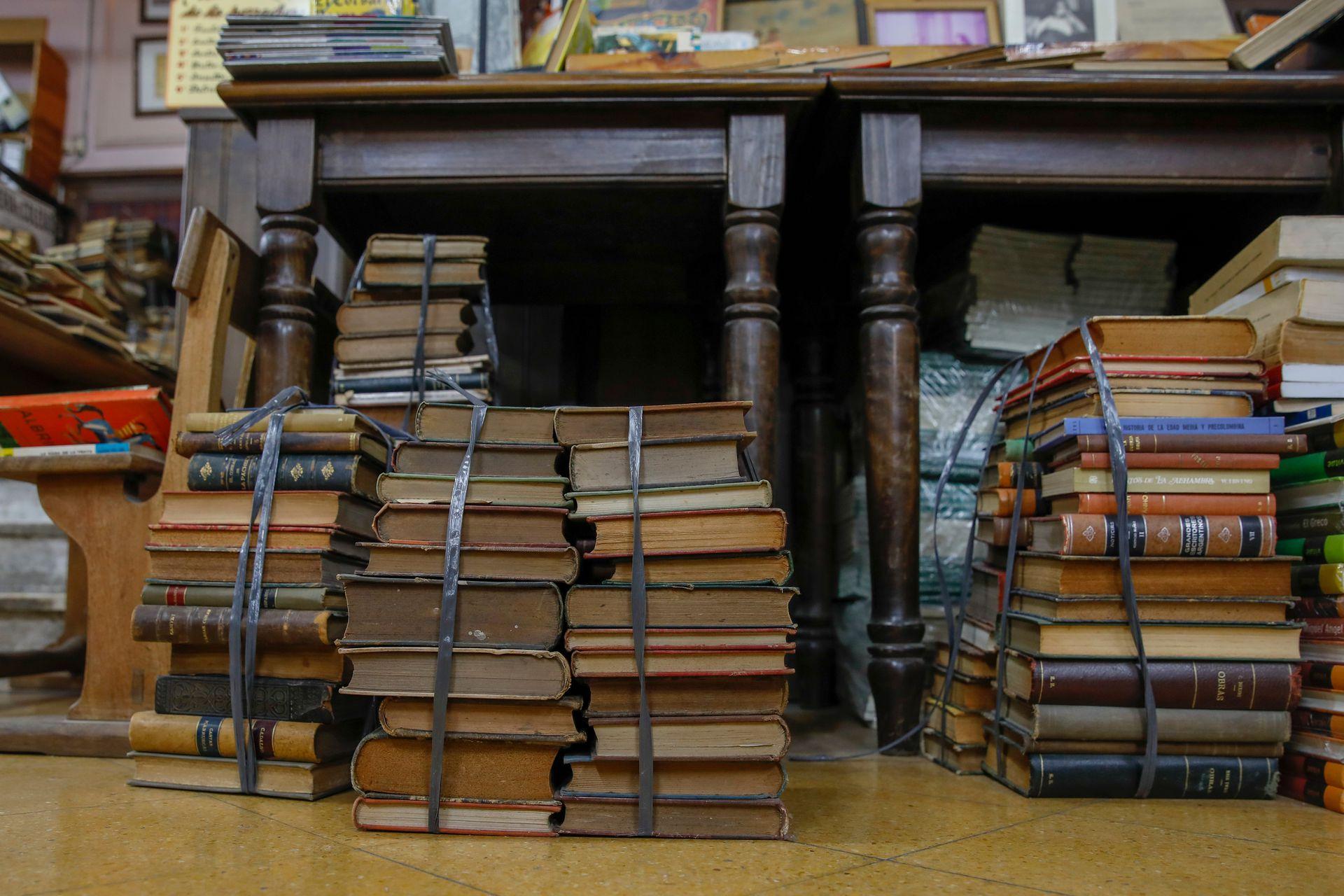 Libros antiguos en el suelo