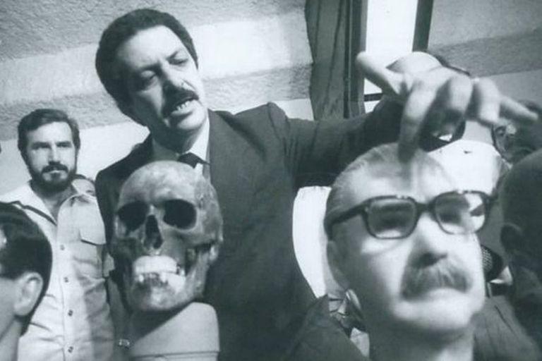 El entonces superintendente de la Policía Federal en Sao Paulo, Romeu Tuma análisis de los huesos de Josef Mengele