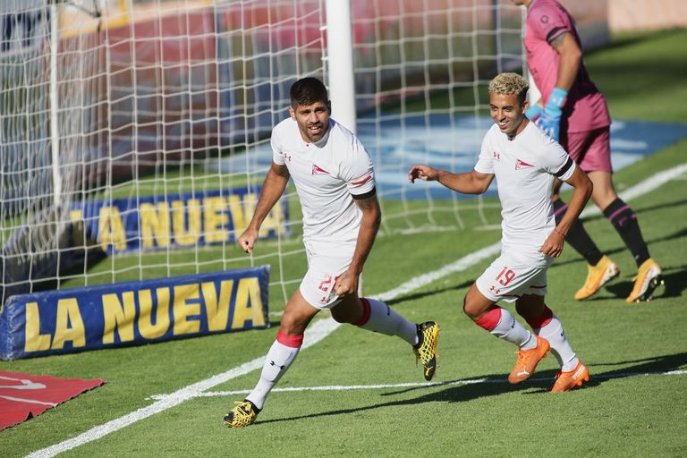 Leandro Díaz festeja el primer gol de Estudiantes durante el partido en el que los platenses ganaron por 2-0 y sumaron su segundo triunfo consecutivo en la Copa de la Liga Profesional 2021.