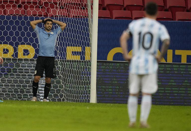 Luis Suárez se lamenta por la ocasión que falló, mientras su amigo Messi lo mira de lejos.