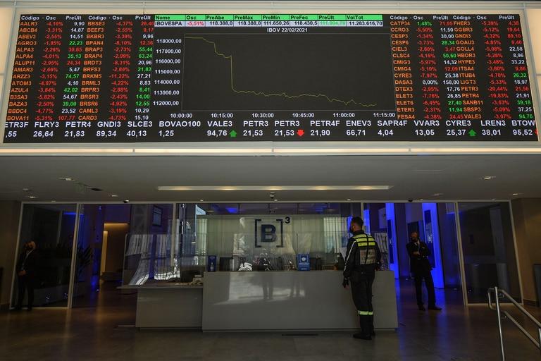 Un tablero electrónico muestra el gráfico de índice en la Bolsa de Valores de Sao Paulo (B3) en Sao Paulo, Brasil, el 22 de febrero de 2021