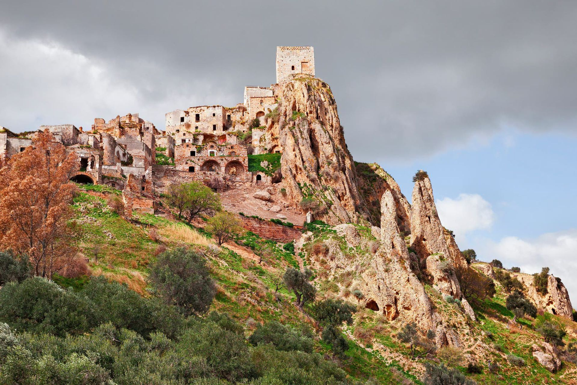 Casas construidas dentro de cuevas que fueron habitadas hasta mediados del siglo pasado en la antigua ciudad de Matera.