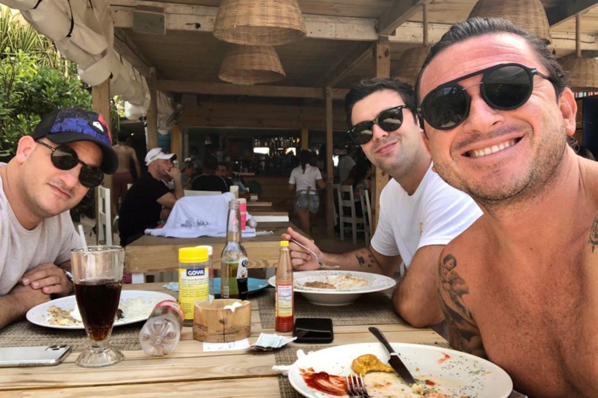 Pablo (derecha) junto a sus amigos, en su lugar favorito en el mundo.